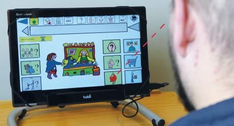 Kuvassa ihminen käyttää tietokonetta katseohjauksella.