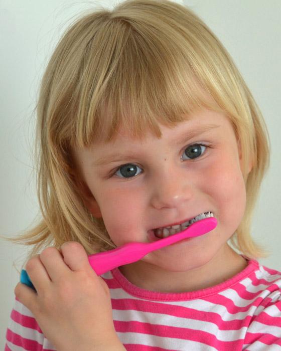 Lapsen hampaiden harjaus