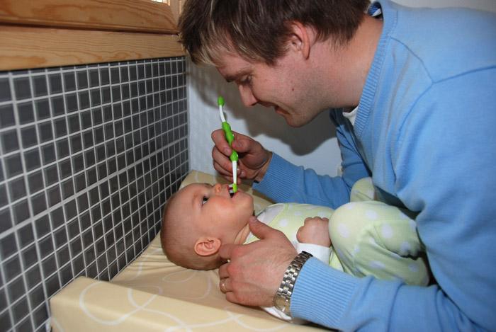 Vauvan hampaiden harjaus