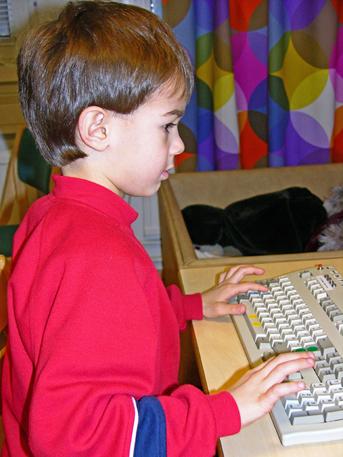 Kirjoittaa tietokoneella