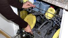 Valokuvassa laitetaan likaisia astioita astianpesukoneeseen