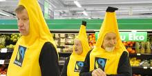 Kolme banaanipukuun pukeutunutta miestä Prismassa.