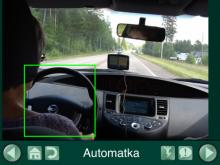 näkymä autolla-ajosta, kuljettajan takaa, näkymässä ohjauspyörä kehystetty