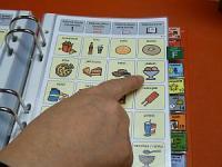 Fingret pekar på meddelanderutan i kommunikationsmappen.