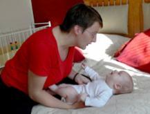 Äiti vastaa vauvan ääntelyyn.