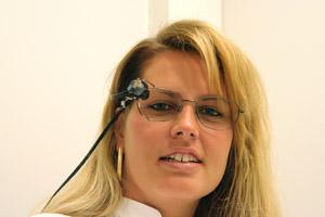 På bilden finns Kati med sensorer i glasögonen som registrerar blinkningar.