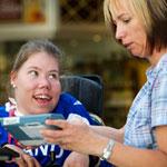 Valokuvassa kaksi naista, joista toinen pyörätuolissa