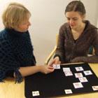 Kaksi naista ja kuvia pöydällä heidän edessään
