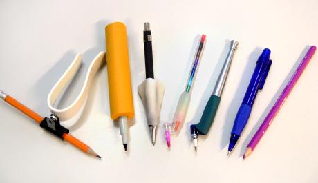 En samling pennor med olika pennstöd.