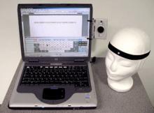 Bärbar dator som har en huvudmus kopplad till sig.