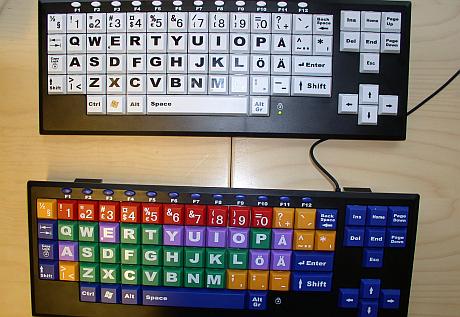 Två stora tangentbord, den ena med färgade tangenter.