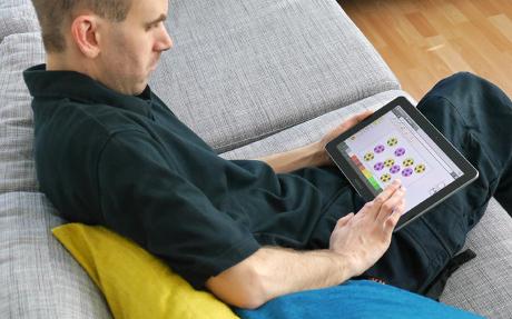 Mies käyttää tablettitietokonetta.