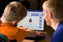 viestintätilanne kommunikointiohjelman avulla, kuvassa kaksi henkilöä