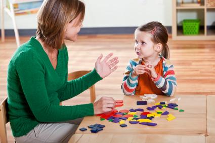 Barnet och den vuxna leker en bygglek.