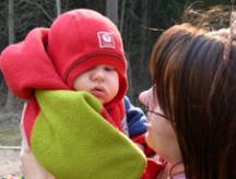 Mamman följer barnets blick.
