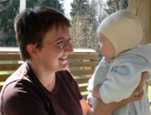 Mamman svarar på babyns leende.