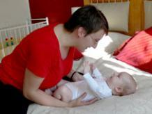 Mamman följer barnets gester.