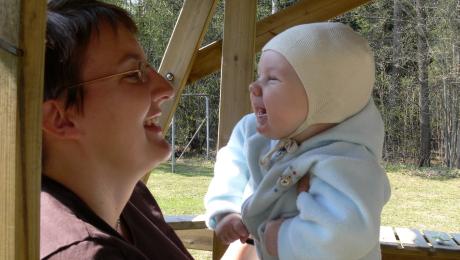 Samspelssituation med en baby och förälder.