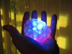 En lysande boll i handen.