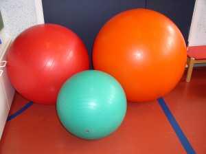 kolme erikokoista terapiapalloa